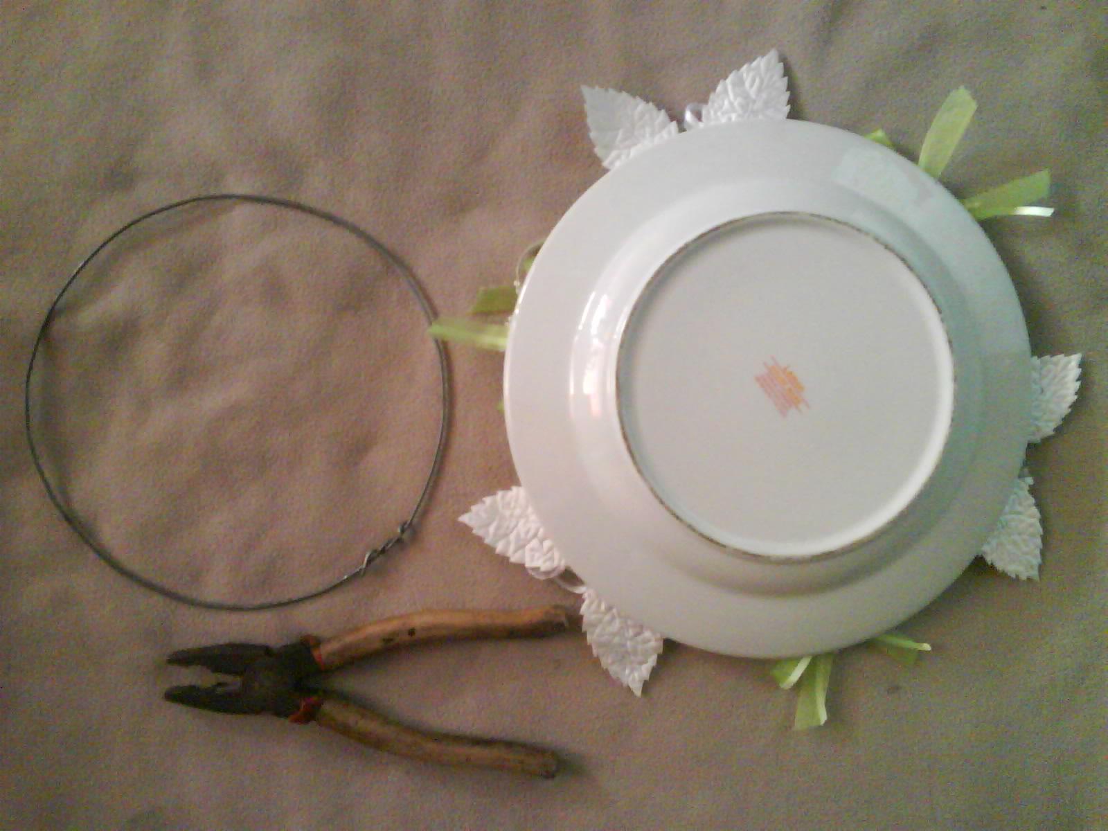 ... tepian piring hias dengan lingkaran kawat yang udah kita bikin tadi